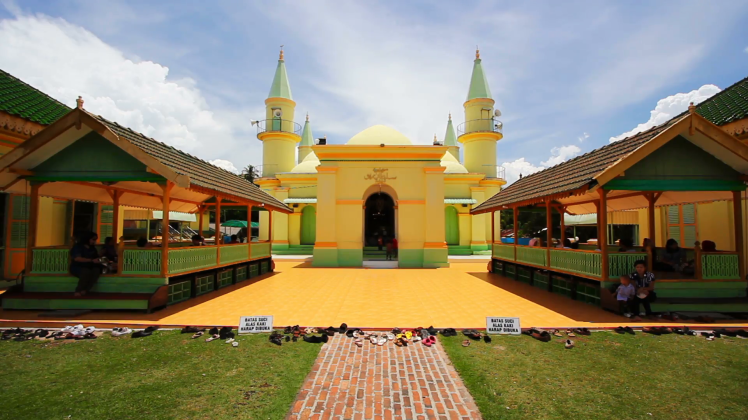 penyengat-island-indonesia-may-2012-people-at-sultan-riau-mosque_4y8akglmx__F0000.png